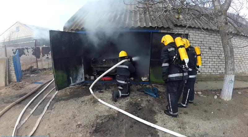 Каховські вогнеборці ліквідували пожежу в гаражі і врятували легковик