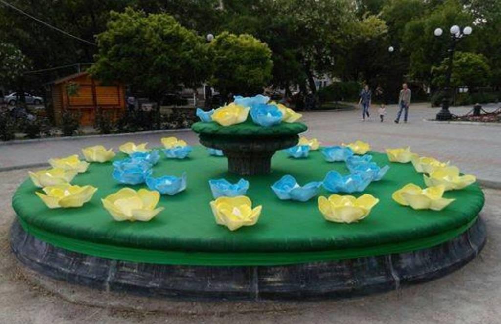 Заброшенный фонтан в центре Херсона превратили в инсталляцию