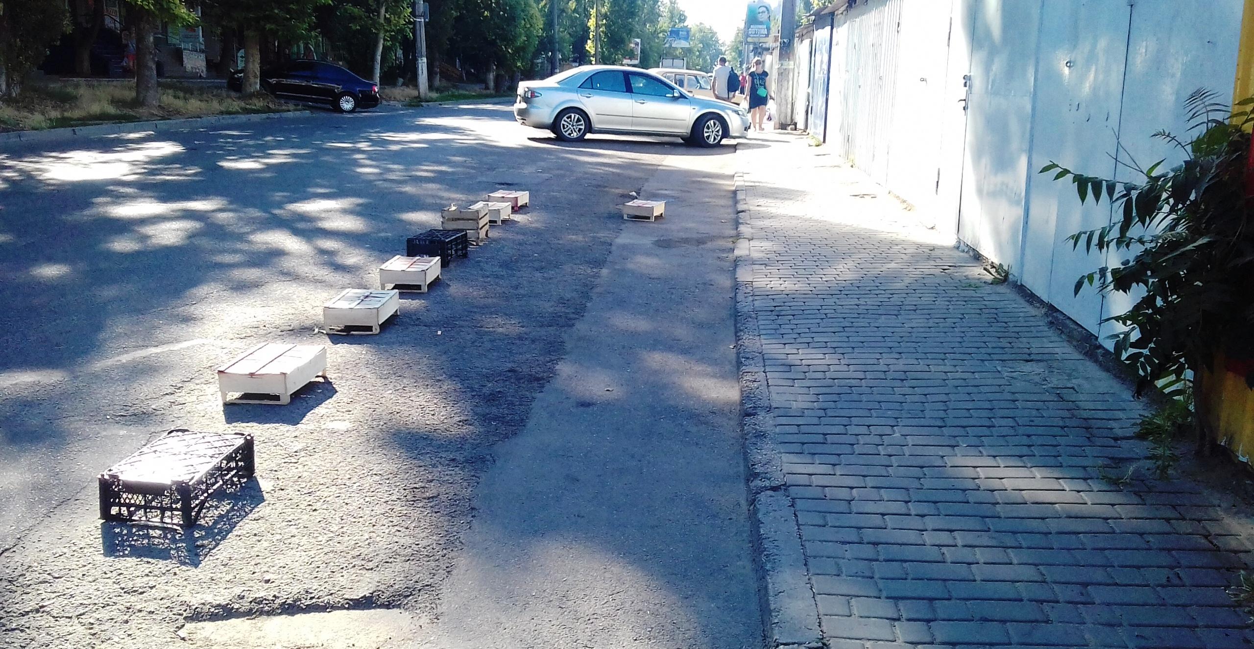Зачем херсонцам парковки, когда есть свое ноу-хау? (фотофакт)