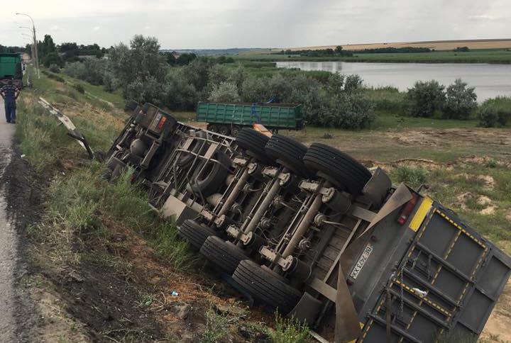 Протягом минулих вихідних на мосту, що біля села Дар'ївка, сталося три аварії за участю вантажівок