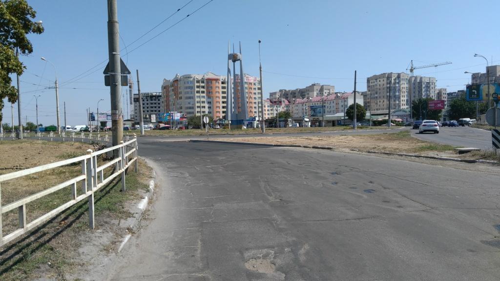 У херсонских водителей «есть повод» - на Каховской площади наконец-то залатали развороченный участок дороги