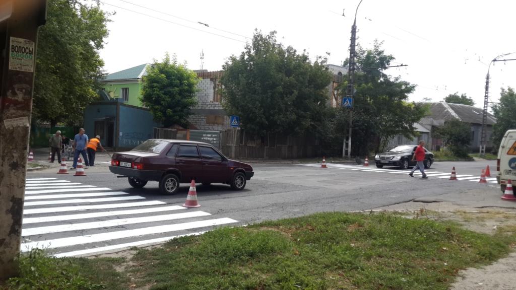 На дорогах Херсона кое-где «оживляют зебру»
