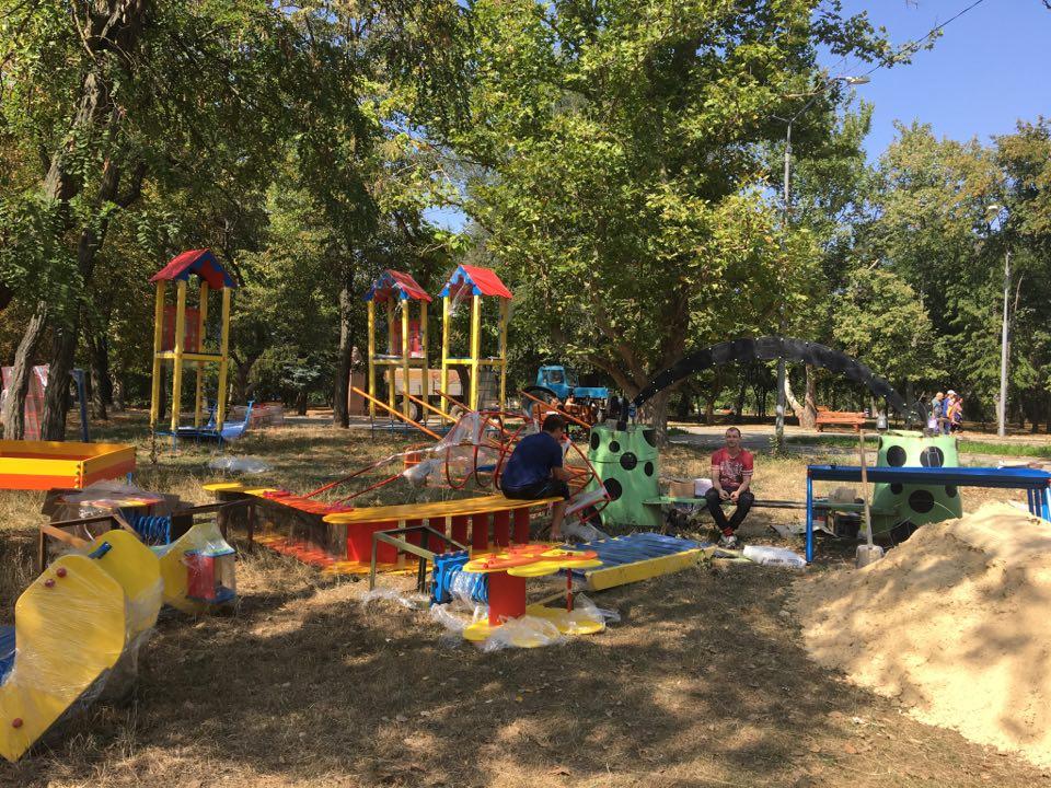 В центральном парке Херсона устанавливают еще одну детскую площадку