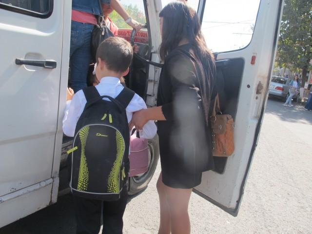Для херсонских школьников проезд в маршрутках не подорожал – они имеют право ездить за 3 грн