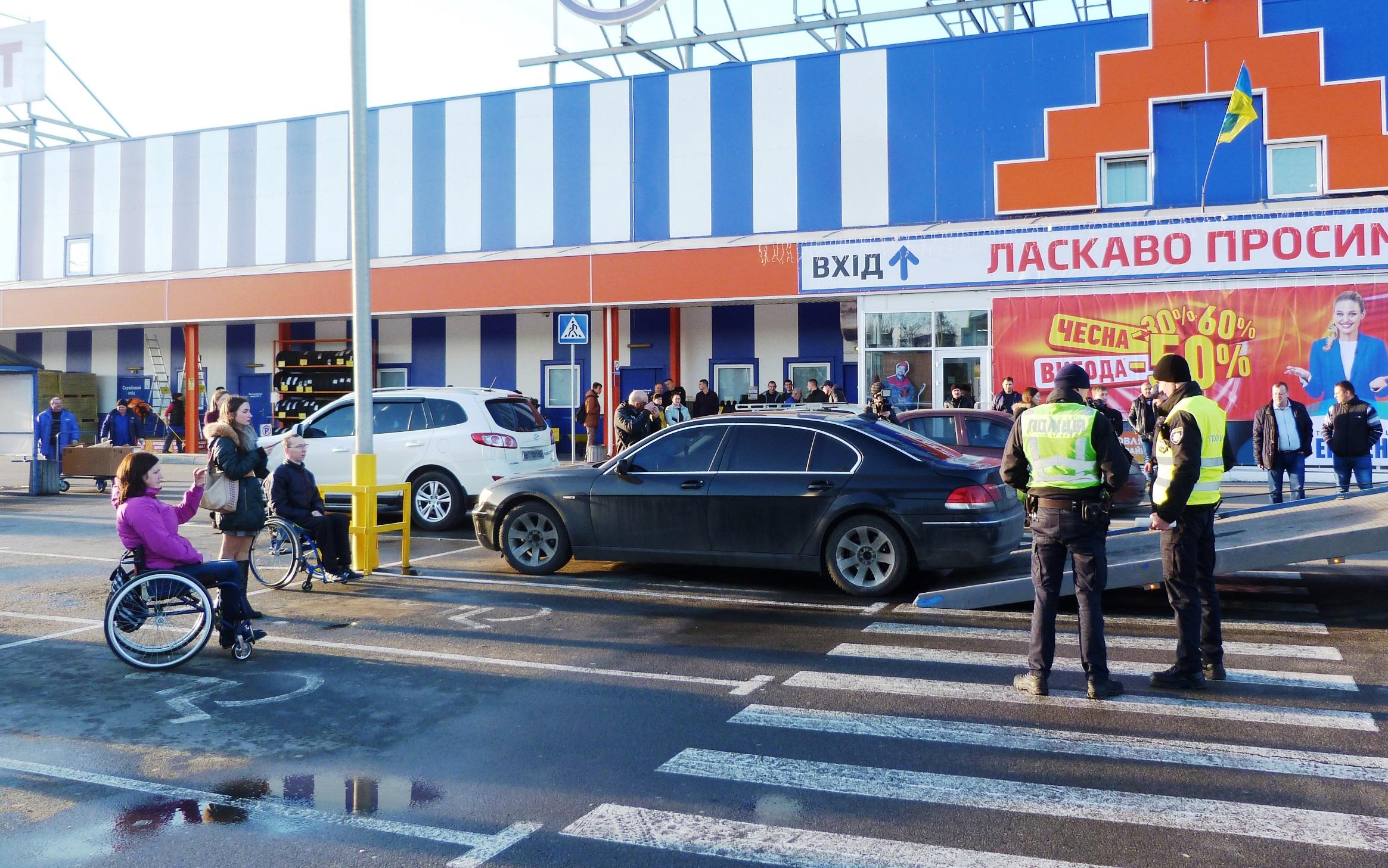 Авто отправили на штрафплощадку за неправильную парковку возле херсонского ТРЦ (фотофакт)