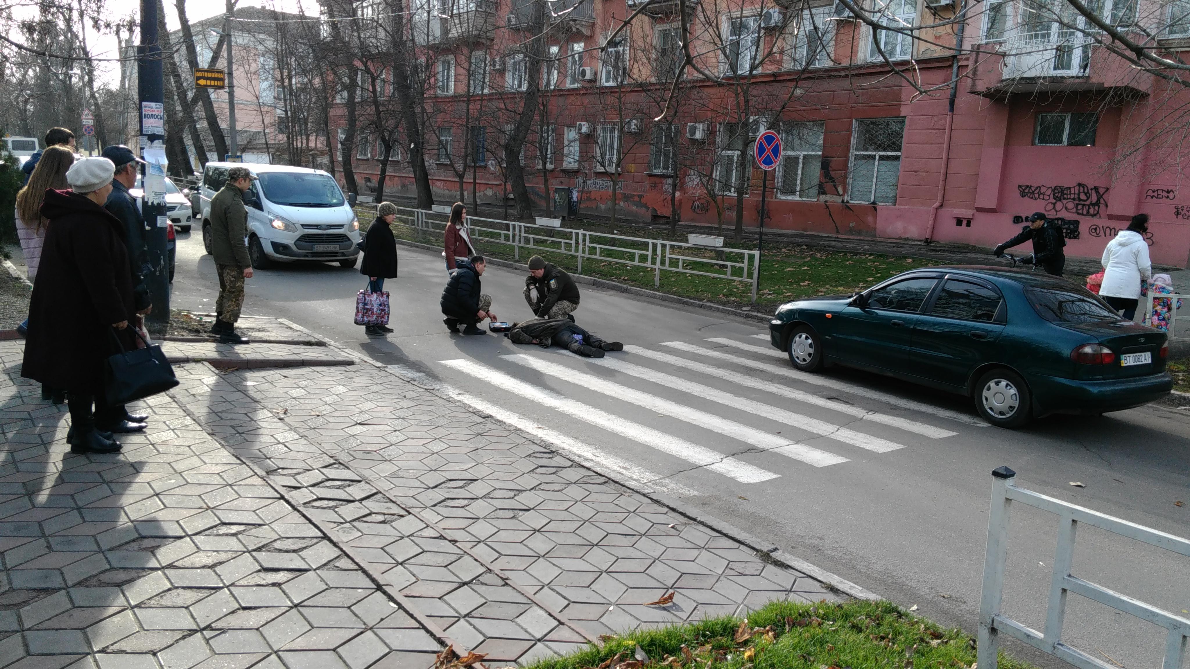 В Херсоне человек упал без сознания прямо посреди дороги - все обошлось