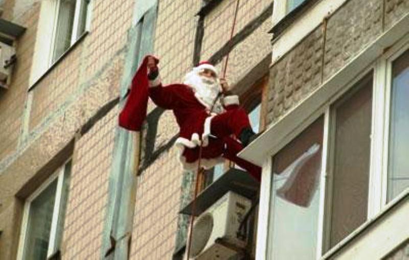 Санта Клаус залазив у вікно багатоповерхівки на Херсонщині