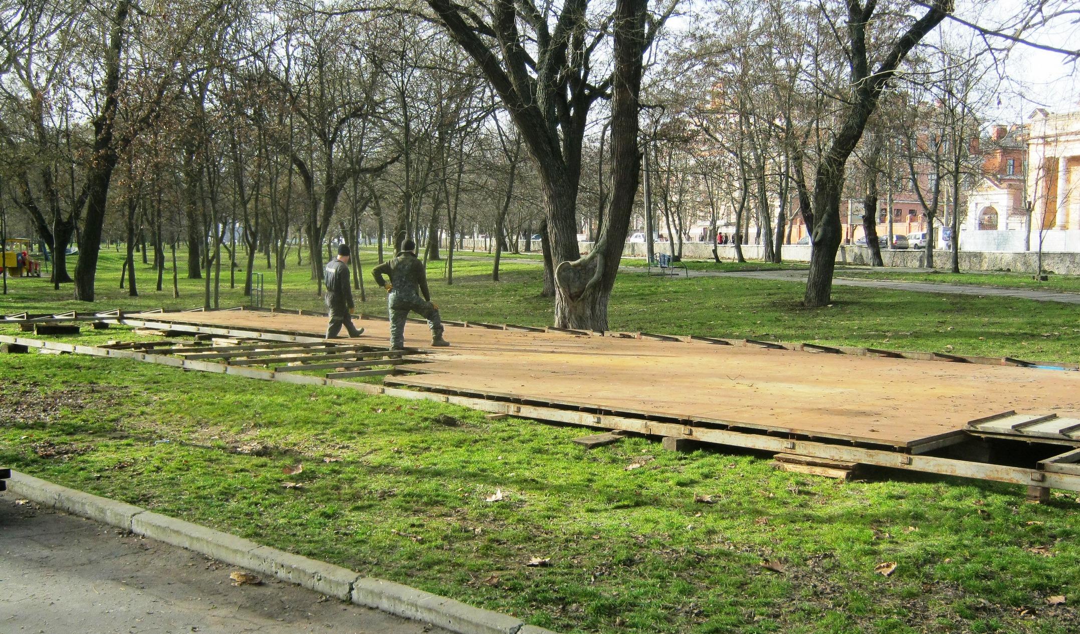 Демонтированы незаконные сооружения в главном парке Херсона (фото)