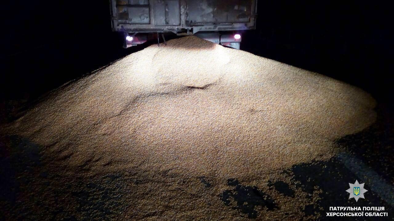 Оштрафовано водія, який засівав дорогу кукурудзою