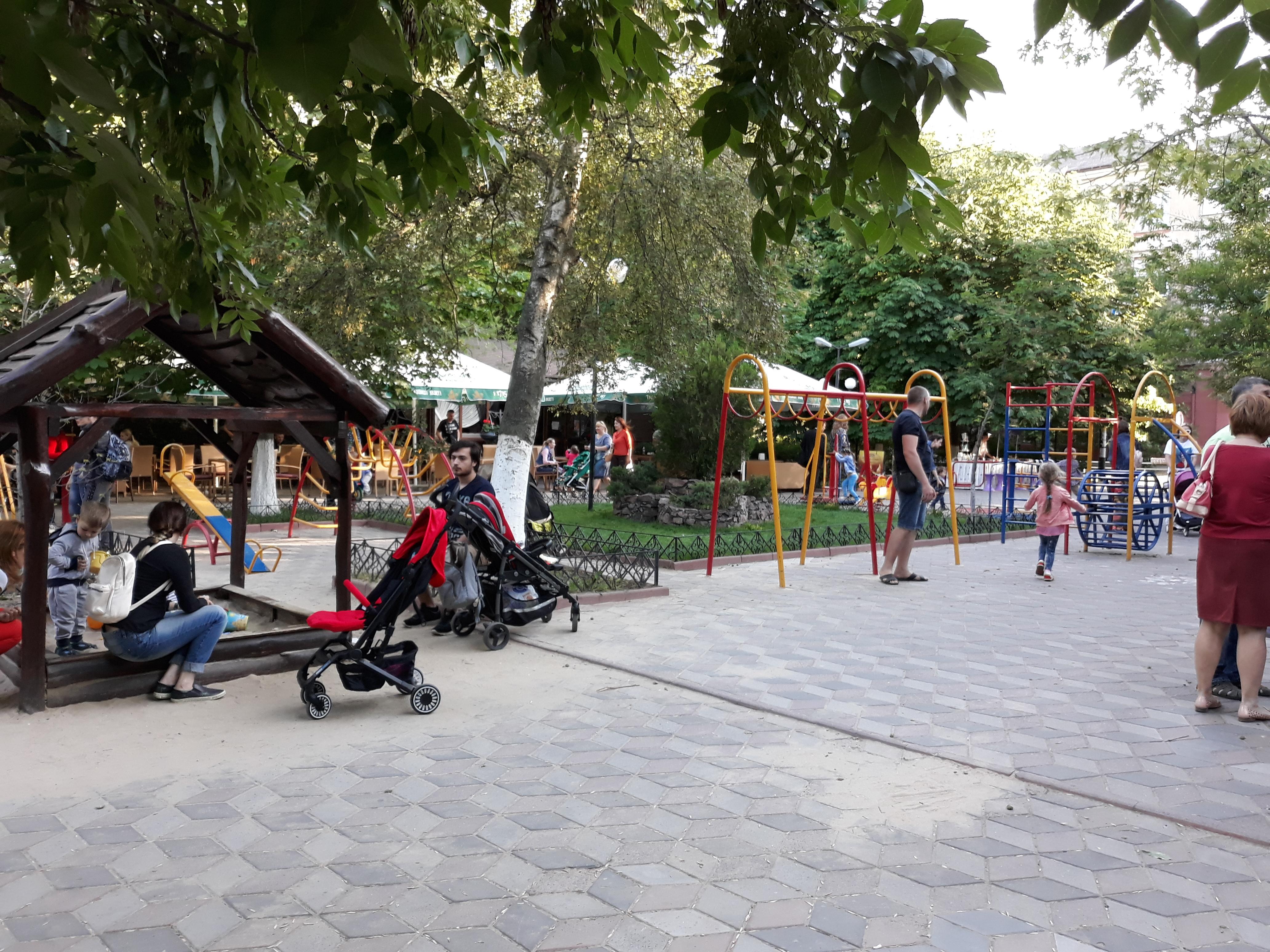 На популярной детской площадке в центре Херсона не все объекты безопасны