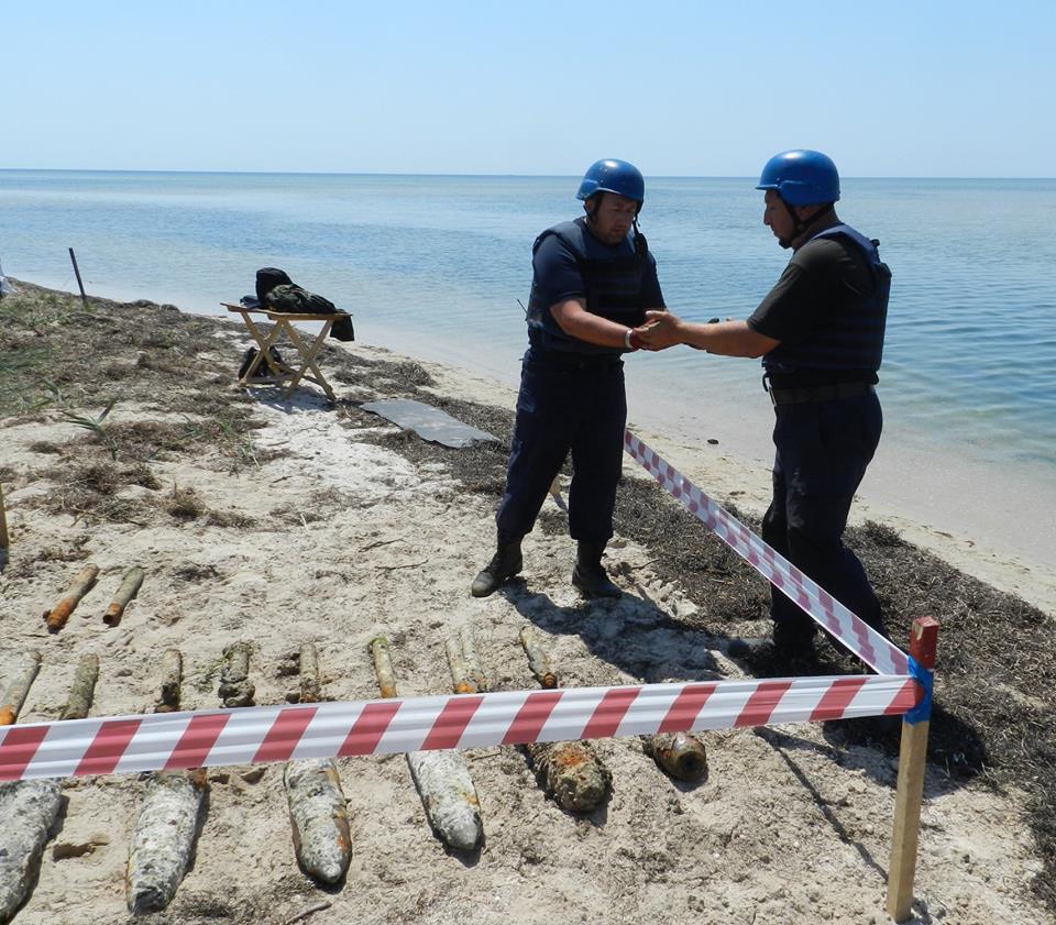 У затонувшего в Ягорлицкий заливе судна со снарядами водолазы чистят верхнюю палубу