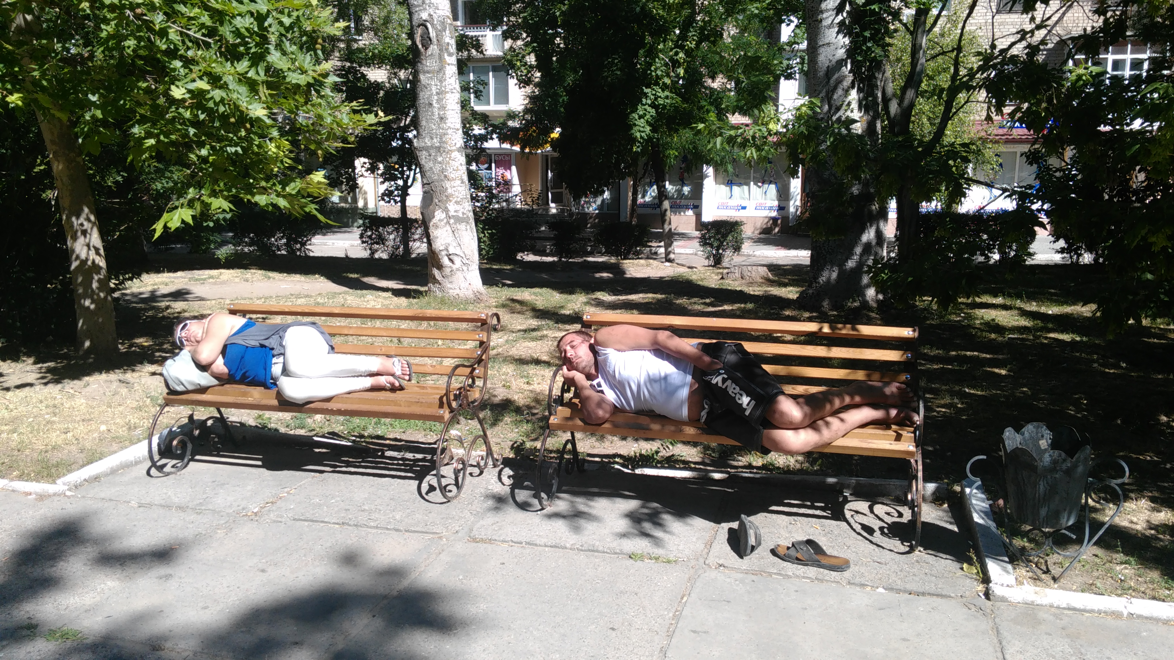 В центре Херсона спят вповалку, где только можно