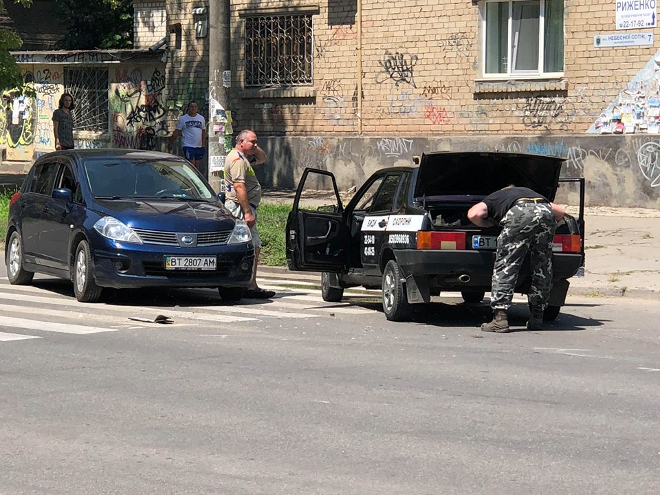В Херсоне на пешеходном перекрестке в ДТП попал автомобиль охранной фирмы