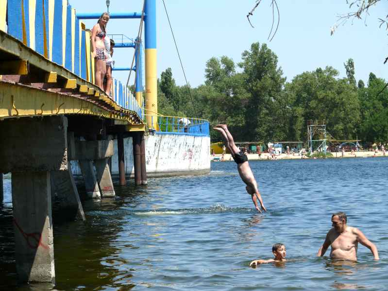 Утонувший в Гидропарке хоккеист прыгал с друзьями с моста