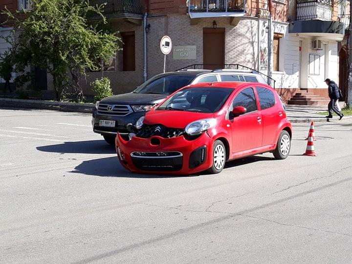 Не самое доброе утро: херсонскому водителю придется менять капот