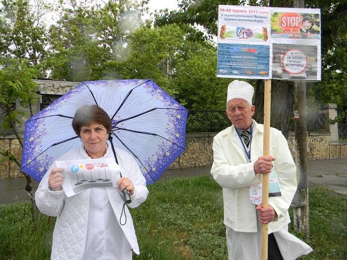 В Херсоне около полусотни медиков с плакатами вышли на уличную акцию