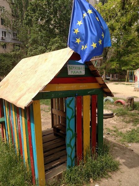 На детской площадке в одном из херсонских дворов появилась своя Верховна Рада (фотофакт)