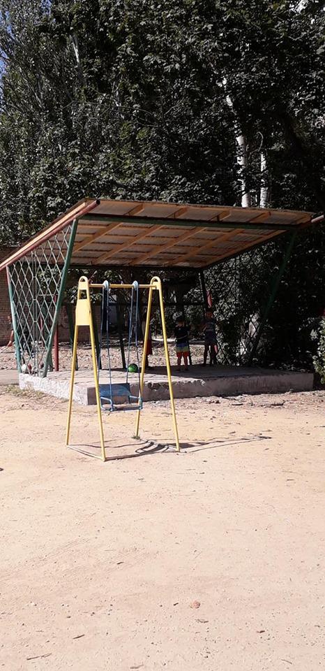 В Херсоне жители близлежащих многоэтажек привели в порядок детскую площадку