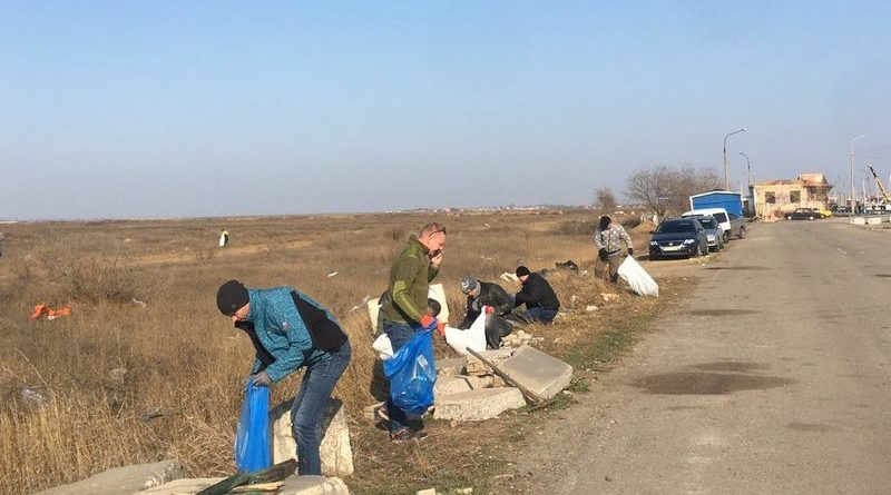 На админгранице Херсонщины и Крыма сегодня мусор убирали вместе с главным по району