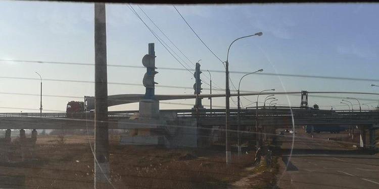По Антоновскому мосту Херсона транспортировали гигантские лопасти для ветроэлектростанции - ФОТО