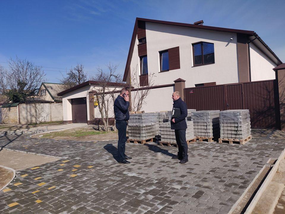Херсонців штрафують за облаштування території тротуарною плиткою