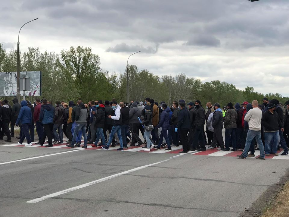 Под Херсоном аграрии, несмотря на карантин, устроили массовый протест против закрытия рынков – ФОТО, ВИДЕО