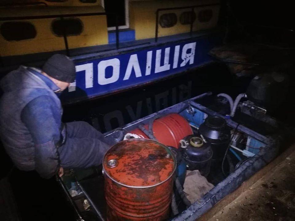 Водні поліцейські Херсонщини затримали крадія пального з кораблів