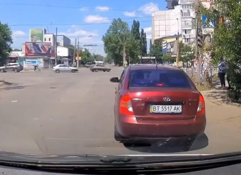 В Херсоне на перекрестке иномарка сбила велосипедиста - ВИДЕО