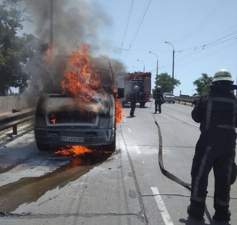 Херсонський патрульний допоміг загасити палаючий автомобіль, який загорівся на мосту - ВІДЕО