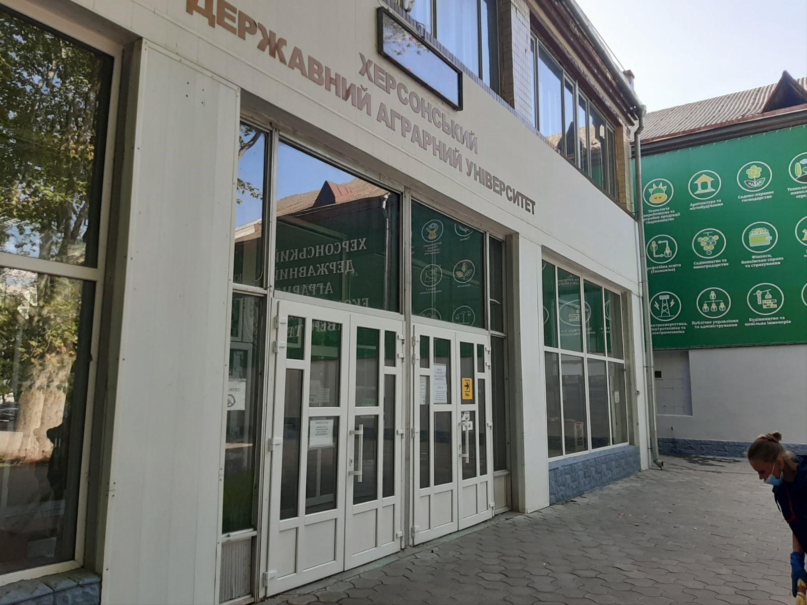Поліція Херсонщини встановлює осіб, які пошкодили вхідні двері аграрного університету