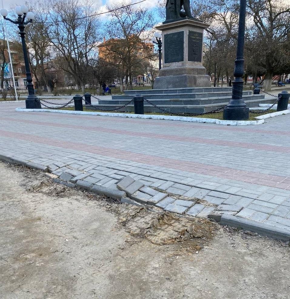 Вместо наведения порядка херсонские коммунальщики разрушили тротуар в городском сквере, - ФОТО, ВИДЕО