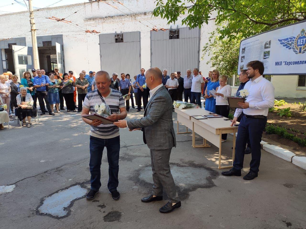 Сотрудники предприятия «Xepcoнэлeктpoтpaнc» были удостоены звания «Ветеран труда»