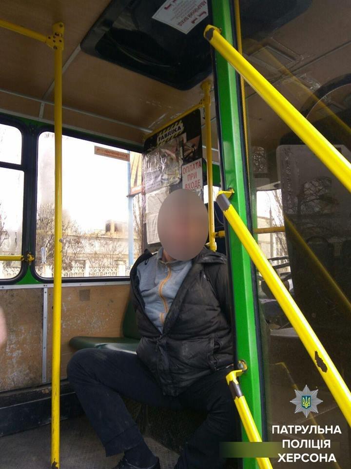 У Херсоні затримали чоловіка який погрожував ножем водію маршрутки