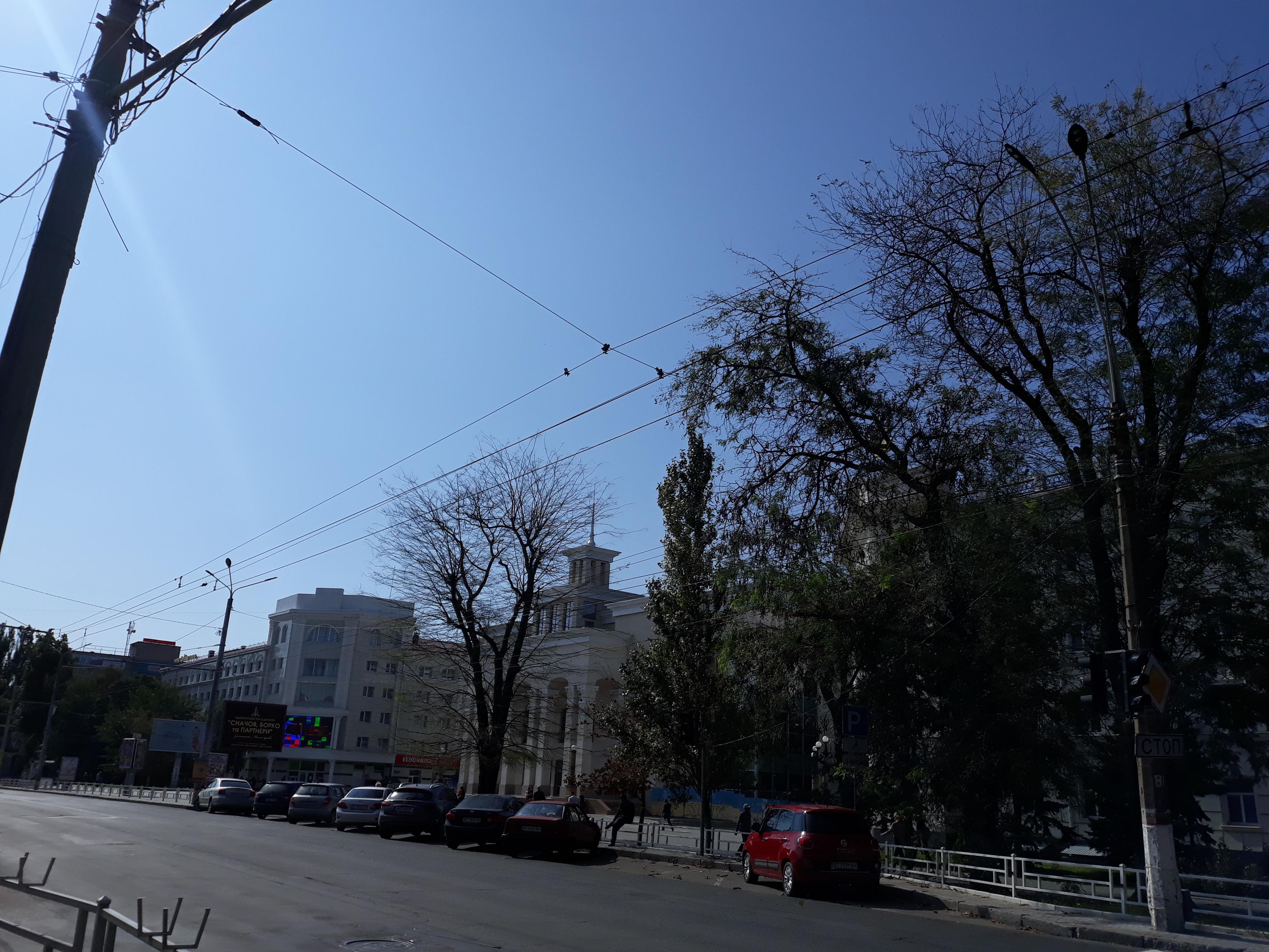Дешево и сердито – как в Херсоне решили проблему с плохо висящей над проспектом Ушакова трубой